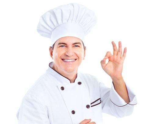 عکس با کیفیت سرآشپز حرفه ای با لباس سفید و کلاه
