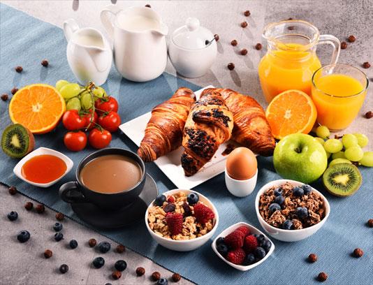 عکس با کیفیت صبحانه مفصل با آبمیوه و تخم مرغ آب پز
