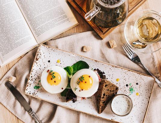 عکس با کیفیت تخم مرغ نیمرو و صبحانه