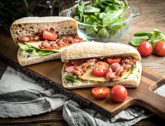 عکس با کیفیت ساندویچ ژامبون گوشت و با پنیر چدار