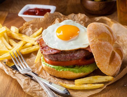 عکس با کیفیت ساندویچ همبرگر مخصوص با نیمرو