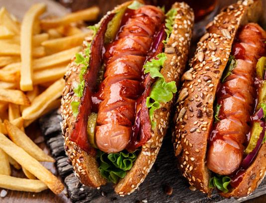 عکس با کیفیت ساندویچ هات داگ ویژه با نان کنجدی