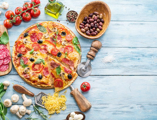 عکس با کیفیت پیتزا ایتالیایی با مواد اولیه پخت پیتزا