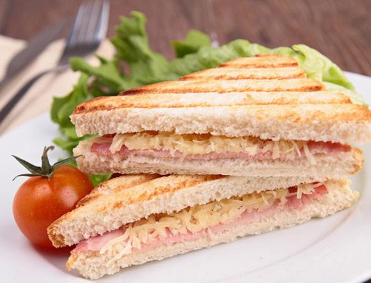 عکس با کیفیت ساندویچ ژامبون با نان تست گریل شده