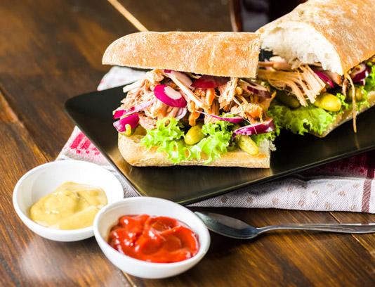 عکس با کیفیت ساندویچ مرغ ریش ریش شده با سس کچاپ و خردل