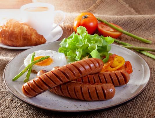 عکس با کیفیت صبحانه سوسیس و تخم مرغ