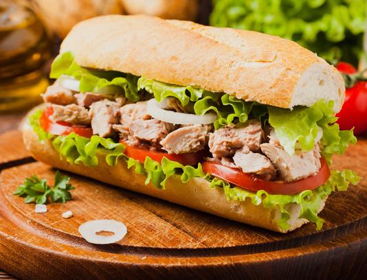 عکس با کیفیت ساندویچ تن ماهی با نان باگت