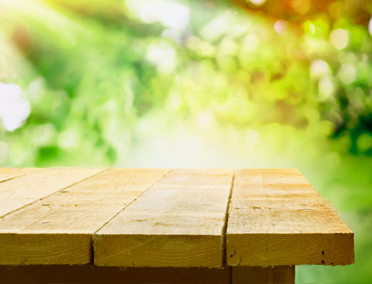 بکگراند میز چوبی در طبیعت برای معرفی محصولات