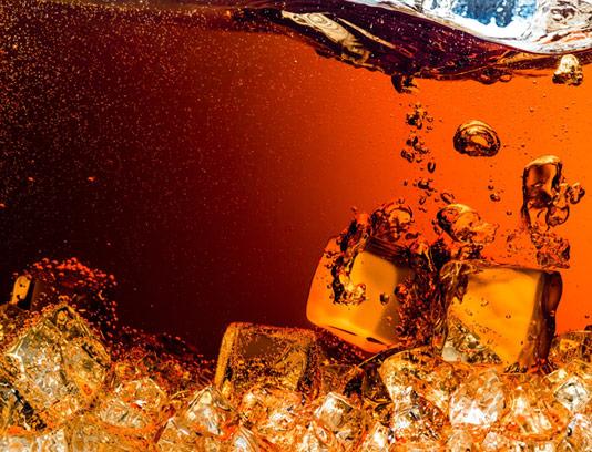 عکس با کیفیت نوشابه گازدار خنک در یخ