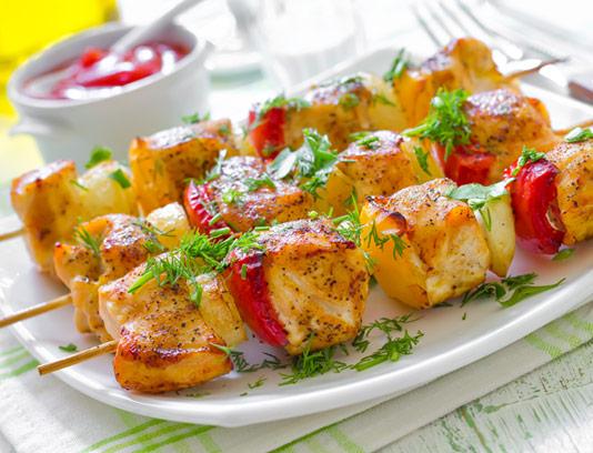 عکس با کیفیت جوجه کباب با سیخ چوبی و سبزیجات