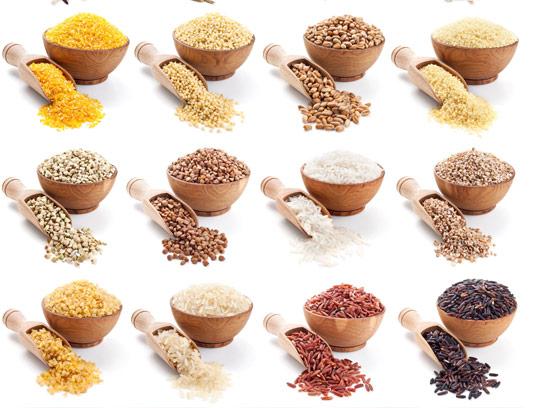 عکس با کیفیت انواع برنج و گندم در ظرف چوبی