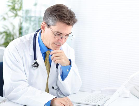 عکس با کیفیت دکتر با روپوش سفید