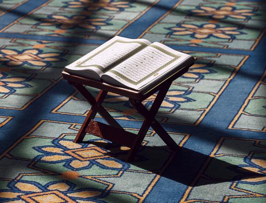 عکس با کیفیت قرآن با رحل چوبی