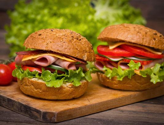 عکس ساندویچ کالباس با نان همبرگر