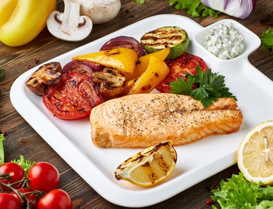 ماهی و سبزیجات گریل شده