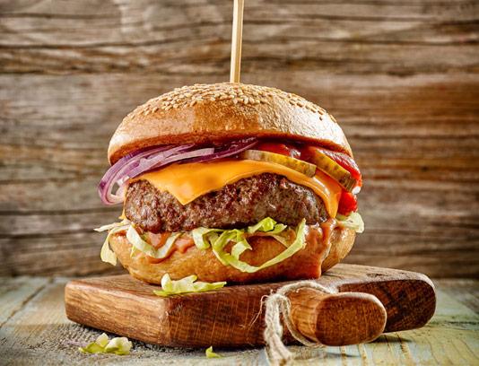 عکس با کیفیت همبرگر با تخته چوبی