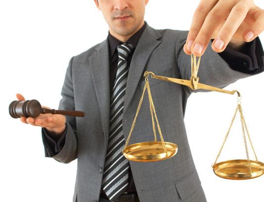 عکس چکش قاضی و ترازوی عدالت