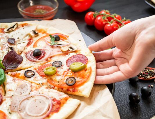 عکس با کیفیت پیتزا برش خورده