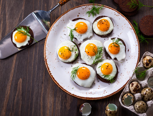 عکس با کیفیت نیمرو با تخم بلدرچین