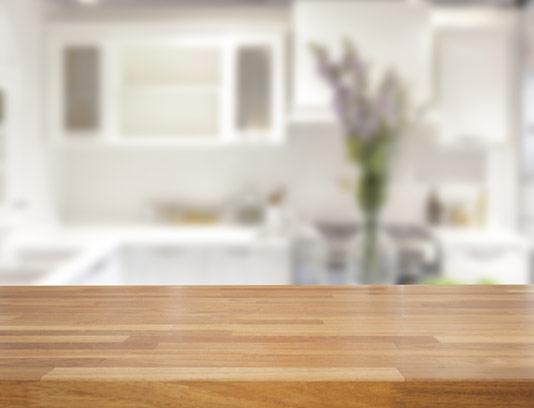 بکگراند میز چوبی در آشپزخانه