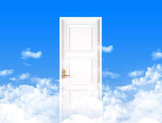 عکس با کیفیت درب چوبی در آسمان