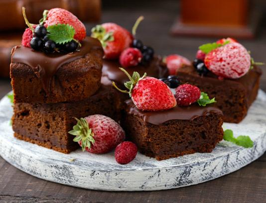 عکس با کیفیت کیک شکلاتی و توت فرنگی
