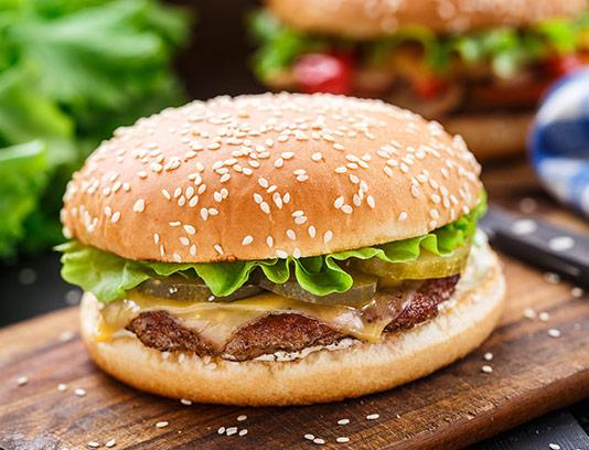 عکس همبرگر و تخته چوبی