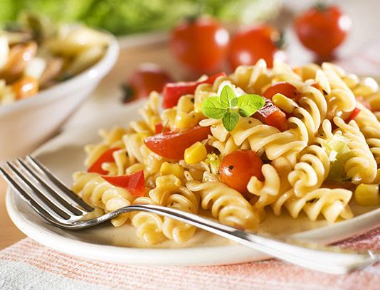 عکس پاستا با ذرت و گوجه