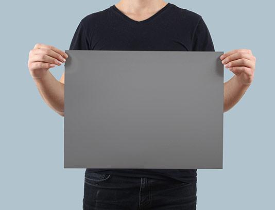 موکاپ پوستر در دست