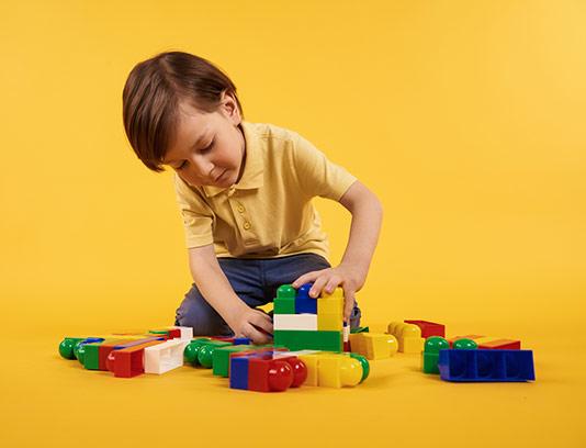 عکس کودک درحال بازی