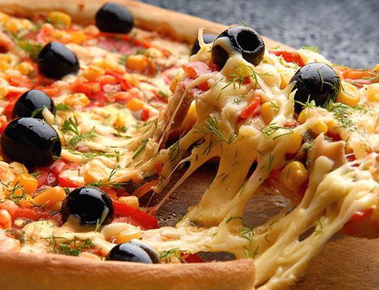 عکس پیتزا تکه شده با کیفیت