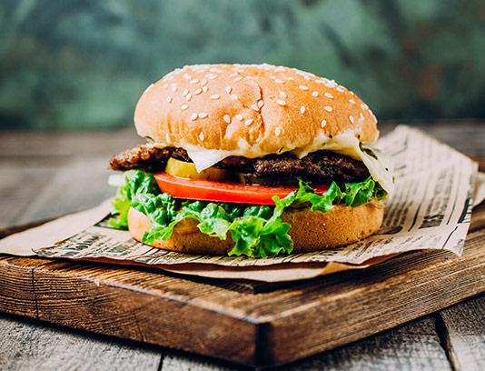 عکس همبرگر ویژه و تخته چوبی