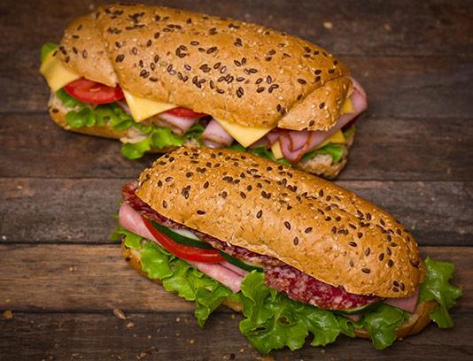 عکس ساندویچ ژامبون با نان کنجدی