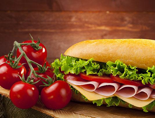 عکس ساندویچ ژامبون با گوجه