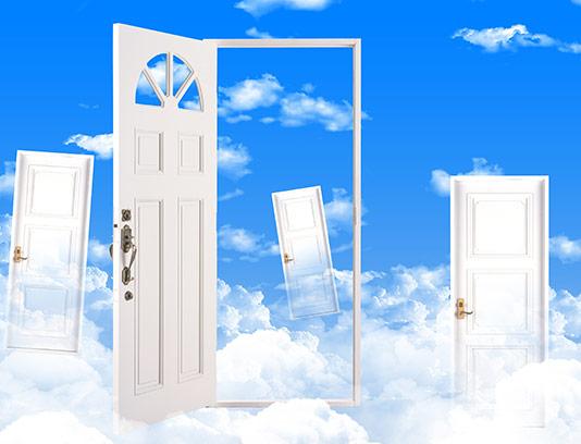 عکس درب چوبی در آسمان
